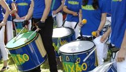 Mit Samba-Trommeln, Pfeifkonzerten und Sprechchören gegen Nazis