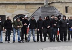 Ende der Nazi-Kundgebung: Aufstellung zum Gruppenbild?