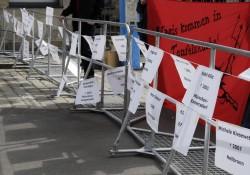 Zettel mit den Namen der seit dem Jahr 2000 von Nazis umgebrachten Menschen