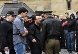 Ralf Ollert (NPD) beschwert sich bei der Polizei über die Gegendemonstranten