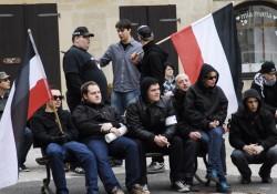 Die Nazis unterbrechen ihre Kundgebung, da sie selber nichts von ihren Reden aufgrund der lauten Proteste verstehen können