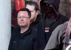 NPD-Landesvorsitzender Ollert betritt den Kundgebungsplatz zusammen mit einem vollkommen vermummten Nazi