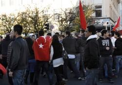 kurz vor dem Kornmarkt: Angriff auf Gegendemonstranten