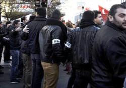 und wieder Ketten der Ordner, um Angriffe der DemonstrationsteilnehmerInnen auf GegendemonstrantInnen zu verhindern