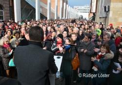 Zweitausend Menschen folgten dem Aufruf und kamen in die Straße der Menschenrechte