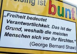 Schild des lokalen Bündnisses Freising ist bunt