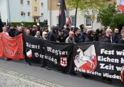Banner der Neonazis. Über mehrere Meter keine Polizei