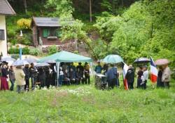zwang die Teilnehmer unter die Schirme und den Pavillion
