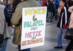 Nürnberg: Schild bei der Gegendemo