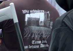 T-Shirt der Münchner Neonazi-Szene mit NS-Vereidigung vor der Feldherrnhalle