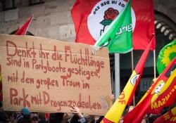 Schild auf der Seite der Gegendemonstration am Hallplatz