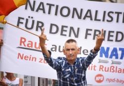 Peter Meidl mit einer für ihn typischen Geste, hier im Kreise der NPD bei einer Kundgebung in Freising