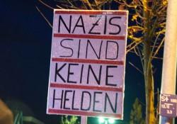 Passende Antwort am Rand der Demonstration auf das Ansinnen der Neonazis