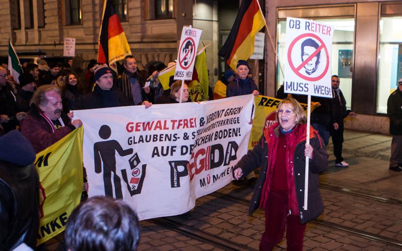 Birgit Weißmann mit Schild lauthals gegen OB Reiter - im Video geht man darüber hinaus (c) M.Bauer