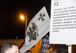 komische Fahne bei Pegida