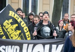 Putin-Fan mit Eisernem Kreuz und Reichskriegsflagge an der Mütze