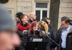 Victoria Grasser eröffnet, Hasselbach beäugt sie kritisch