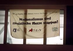 Protestbanner gegen Pegida an der Hochschule