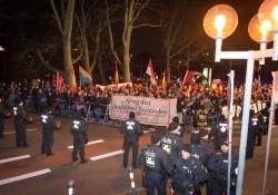 Blick auf die deutlich größere Gegendemo gegen Pegida Nürnberg