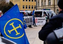 Blau-gelb: Die Fahnen der Europäischen Aktion