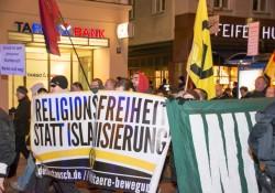 Identitäre Bewegung und Dritter Weg Hand in Hand vorneweg bei Pegida München