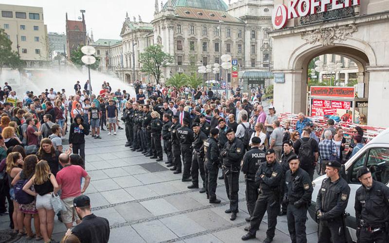 Pegida sammelt sich rechts. Erst nach Tumulten trennte die Polizei streng beide Seiten