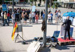 Nur wenige Teilnehmer trauten sich zur AfD und noch weniger in die Sonne. Bei der Polizei beginnen die Gegendemonstranten