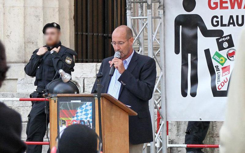 AfD-Funktionär Thomas Fügner spricht bei Pegida München  - danach kam Neonazi Dan Eising (c) Anne Wild