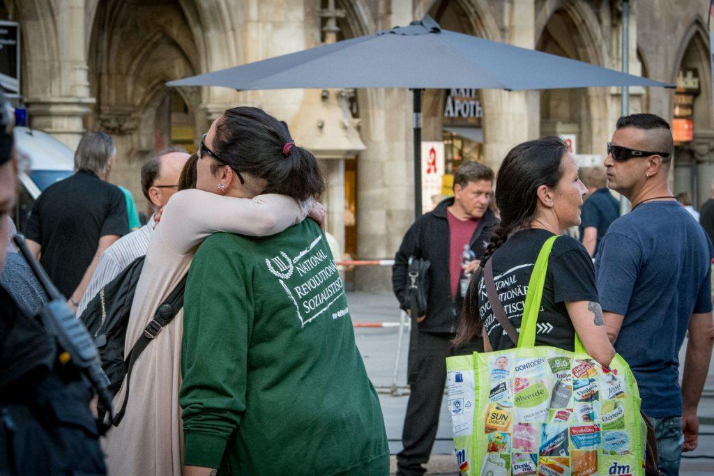 2018-08-28 Pegida München-3 III.Weg wird herzlich begrüßt ...